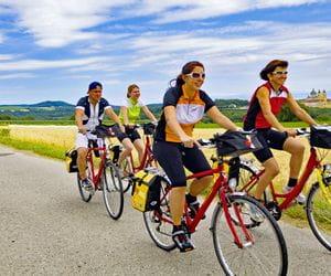 Radfahrer auf Radweg vor Feld