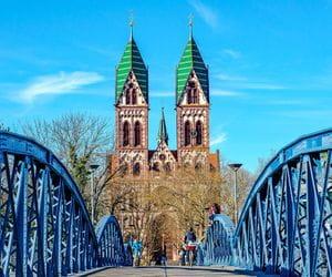Blick über die Wiwilibrücke zur Herz-Jesu-Kirche in Freiburg