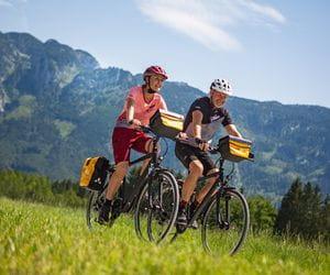 Radfahrer vor Bergkulisse