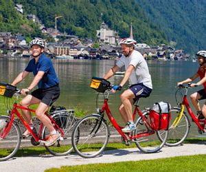 Cyclists at the bank of Lake Hallstatt