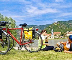 Two cyclists having a break in Dürnstein