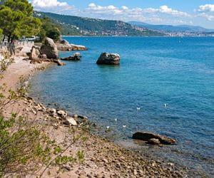 Blick auf einen Strand und das Meer
