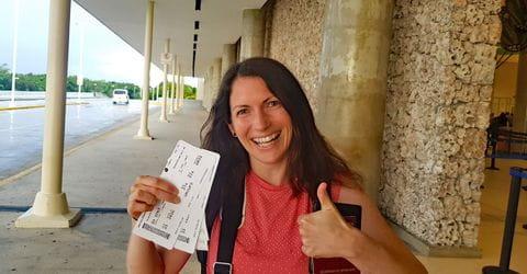 Melanie mit Boardkarten für den Rückflug