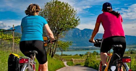Zwei Radler am Kalterer See
