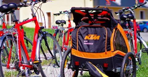Leihräder und Kinderwagen vor dem Eurofun Gebäude in Obertrum