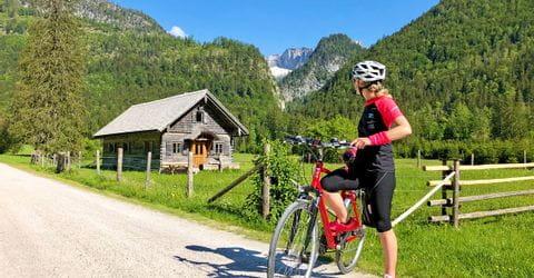Radfahrerin in den Bergen