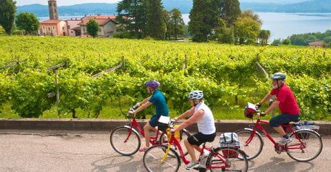 Radgruppe im Piemont vorm See