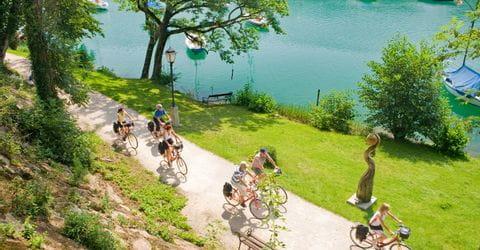 Radler am Ufer des Mattsees