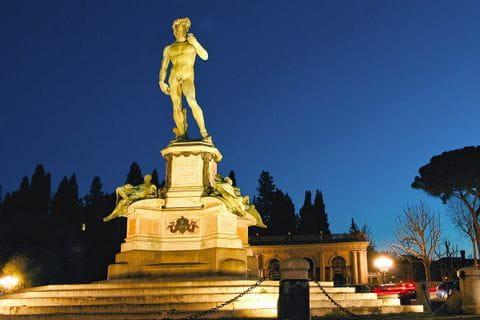 Statue des Davide bei Nacht in Florenz