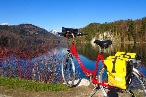 Rad an einem kleinen See abgestellt