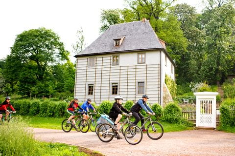 Cyclists enfront of the garden house of Goethe