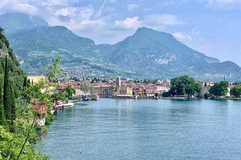 Blick auf Riva del Garda vom Gardasee aus
