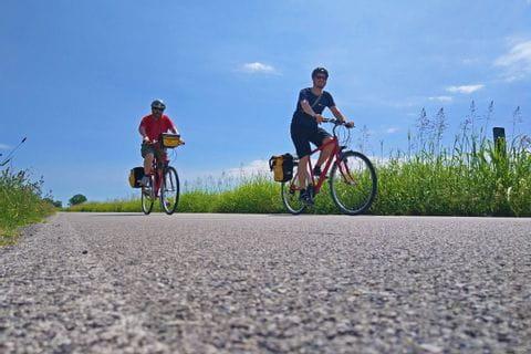 Radfahrer auf Radweg in der Po Ebene