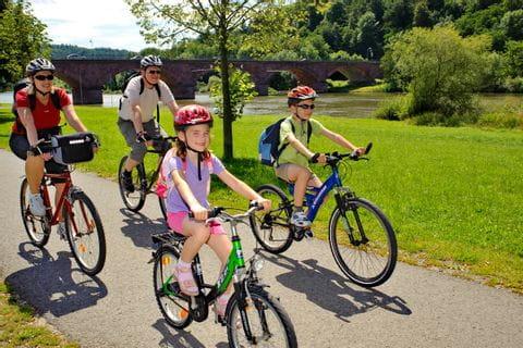 Eltern mit zwei Kindern unterwegs am Main mit dem Rad
