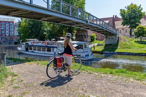 Radfahrer an Schiffbrücke in Brandenburg