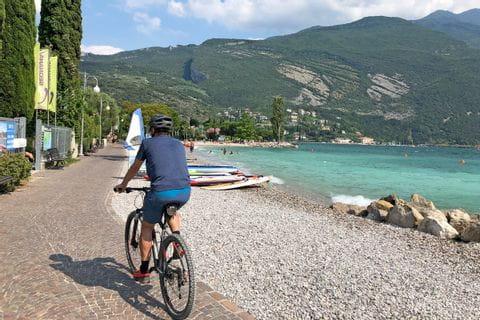 Radfahrer am Seeufer in Riva del Garda
