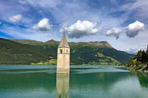 Versunkene Kirche von Graun im Reschensee