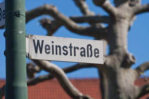 Straßenschild mit der Aufschrift Weinstraße