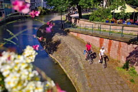 Radfahrer fahren entlang des Kanals in Straßburg