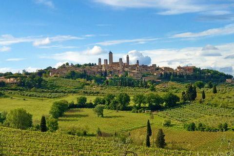 Wandern in der Toskana mit Blick auf San Gimignano