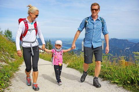 Thomas mit Familie am Wanderweg im Salzkammergut