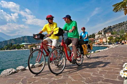 Radfahrer am Ufer des Gardasees