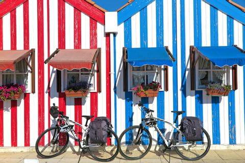 Räder vor bunten Strandhütten am Atlantik