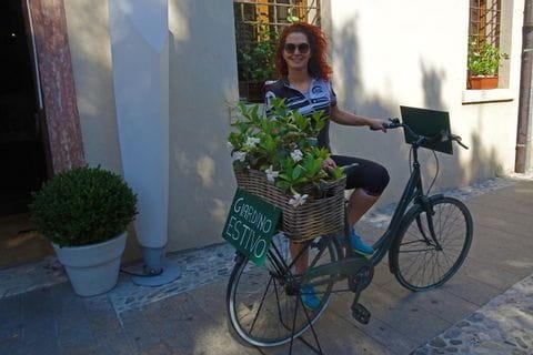 Fahrrad mit Blumenschmuck als Dekoration