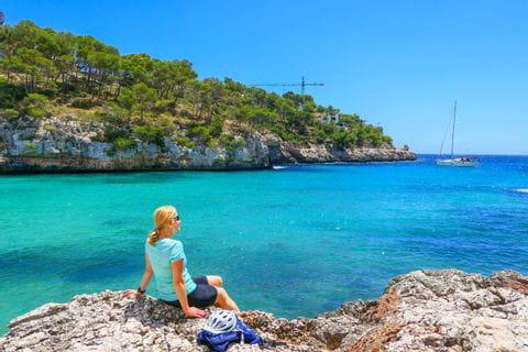 Frau am Strand von Cala Santayi Mallorca