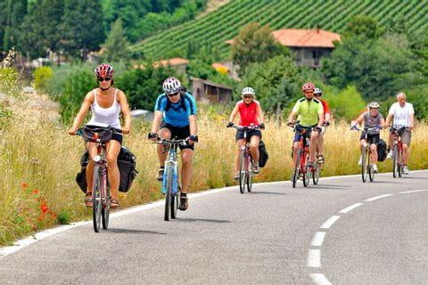 Gruppe Radfahrer auf Straße durch die Toskana