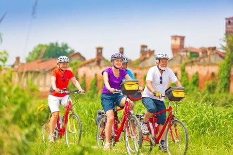 Radfahrer in Santhia auf der Piemont Sternfahrt
