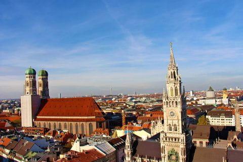 Blick von oben auf die Münchner Frauenkirche und das Rathaus