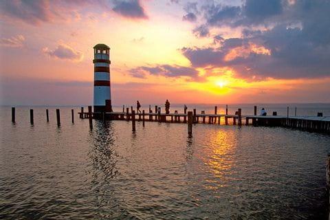 Leuchtturm bei Sonnenuntergang am Neusiedlersee