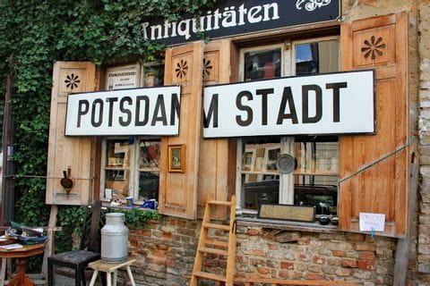 Potsdam Stadt Schild vor einem Laden