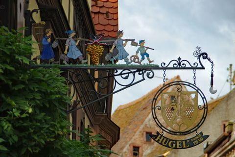 Kunstvoll verziertes Bäckerschild in Riquewihr