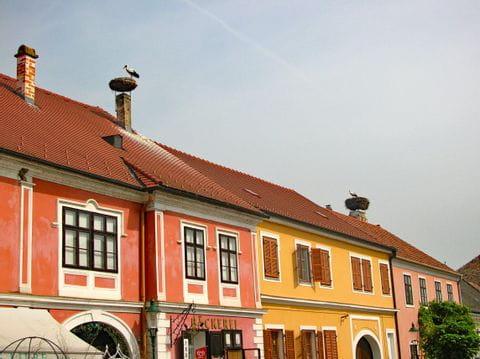 Bunte Häuser mit Storch auf dem Dach