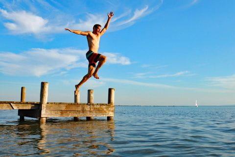 Mann springt von Steg in den Neusiedlersee