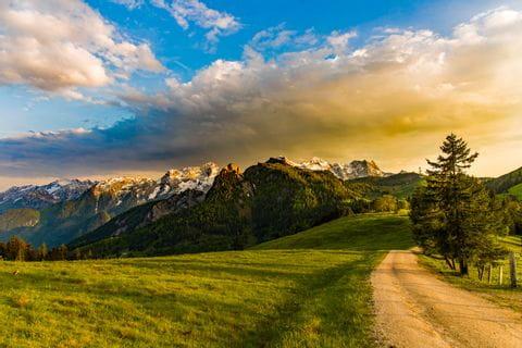 Abendstimmung mit Blick in die Berge