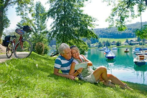 Paar liegt am Ufer des Mattsees