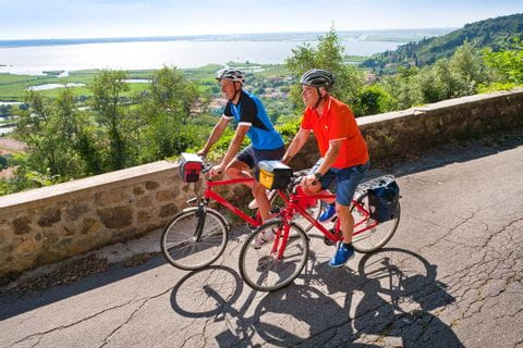 Radfahrer an See in der Toskana