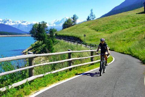 Radfahren entlang dem Reschensee