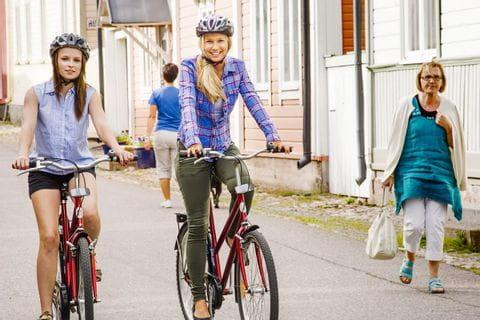 Radfahrerinnen in Naanti