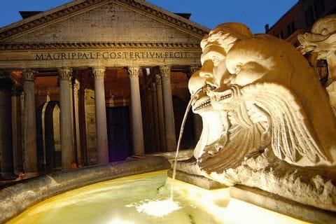 Brunnen vor dem Pantheon auf der Tour Florenz-Rom