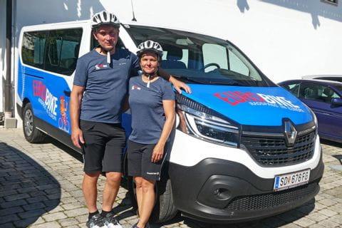 Ursula mit Mann vorm Eurobike Bus