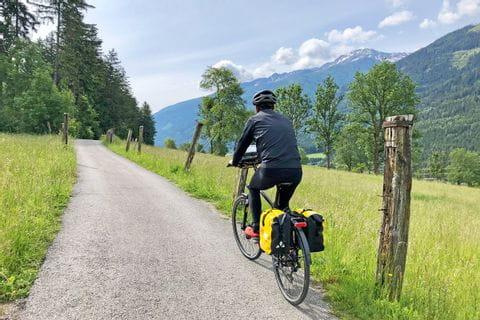 Radler in warmer Kleidung am Alpe-Adria Radweg