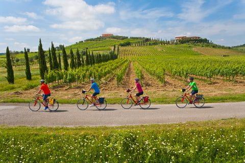 Radfahrer in der Gruppe in Piemont