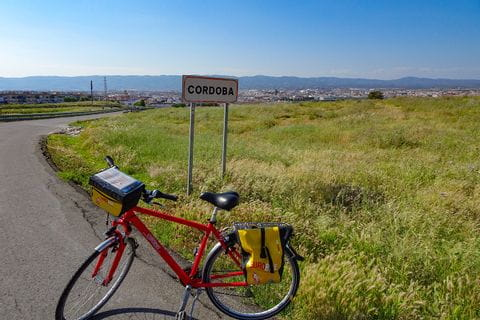 Fahrrad vor Ortsschild in Cordoba