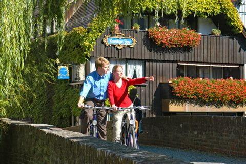 Radfahrer halten zum Ausblick