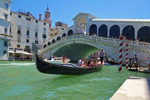 Gondel vor der Rialto Brücke in Venedig
