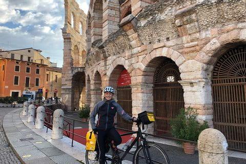 Verena mit Rad bei der Arena von Verona